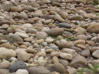Substrate of rounded pebbles